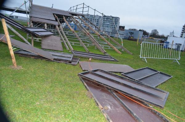 Nieuws rukwinden vernielden brug op bk parcours - Tuinmeubilair op een helling ...