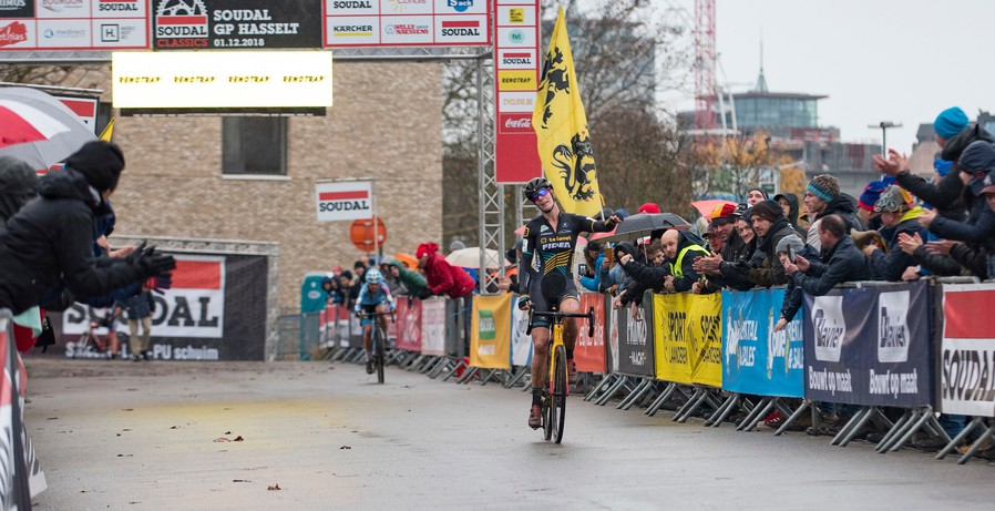 Ellen Van Loy van start tot finish aan de leiding in GP Hasselt
